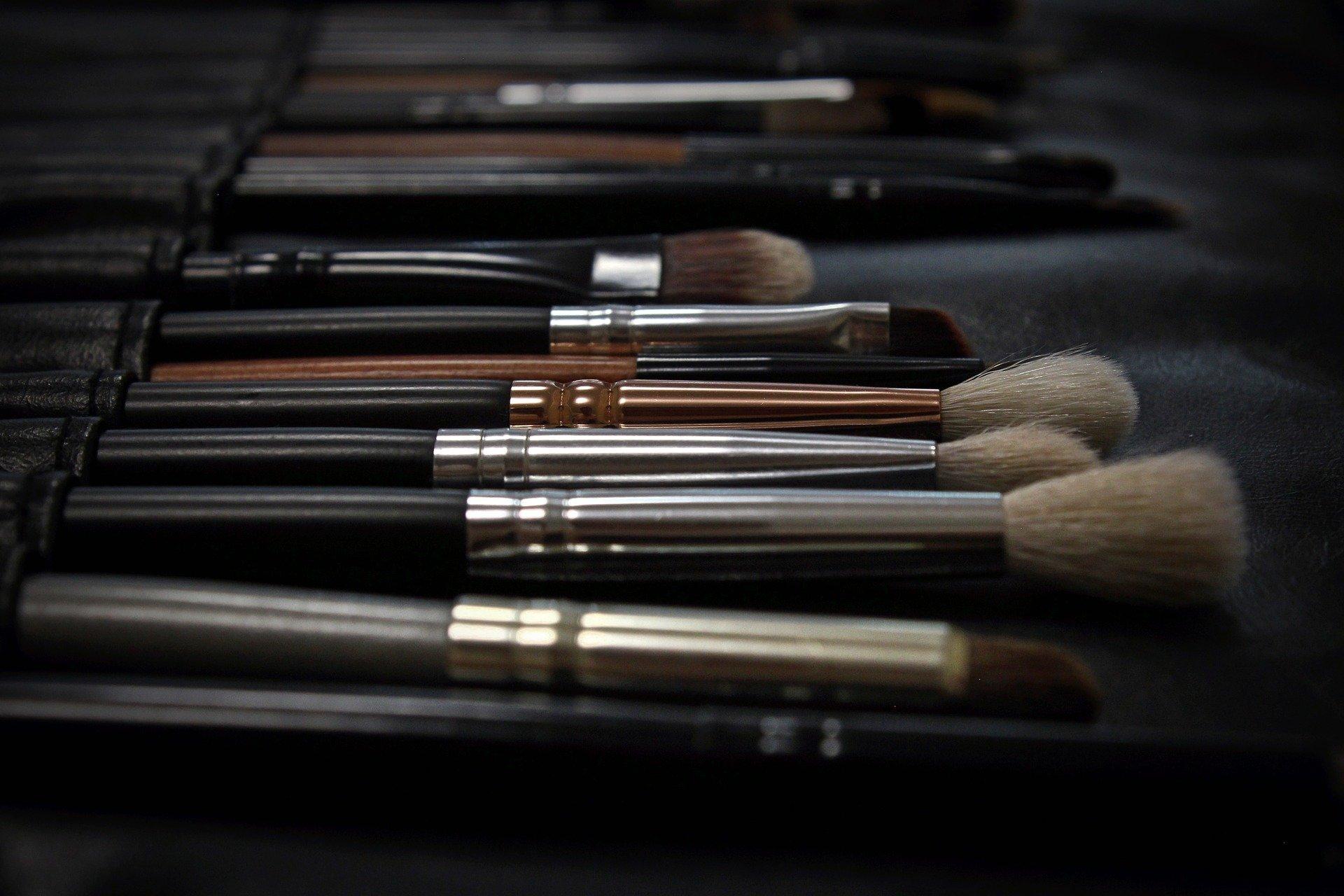 Vemos vários pincéis de maquiagem em um estojo de pano (imagem ilustrativa).