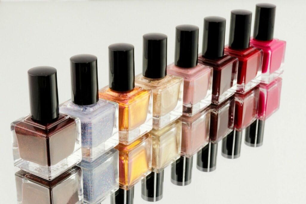 Imagem de potinhos de esmalte de várias cores lado a lado.