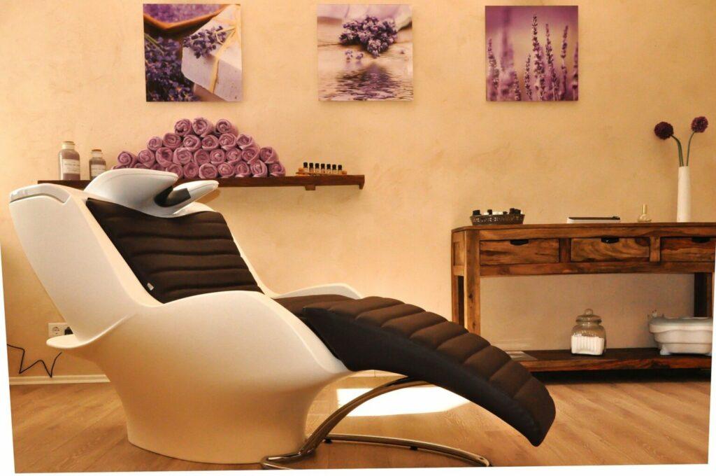 Cadeira de lavagem de cabelo dentro de um salão de beleza (imagem ilustrativa). Texto: franquia de manicure express.