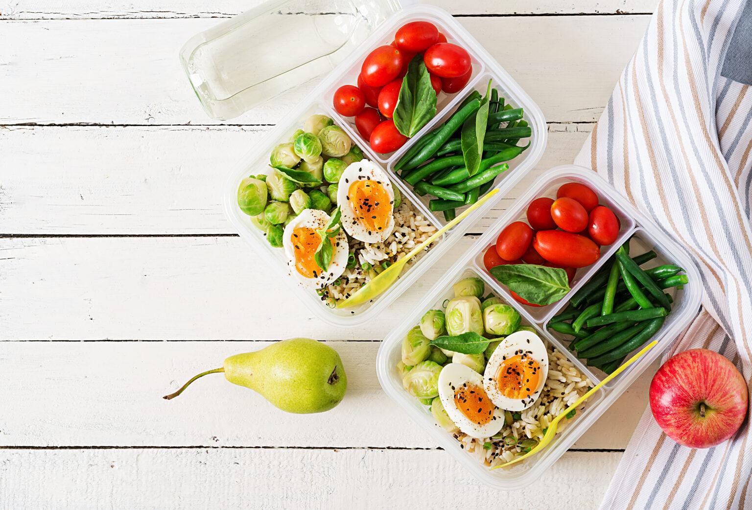 Vemos duas marmitas com diversos legumes e verduras (imagem ilustrativa). Texto: franquias baratas de alimentação.