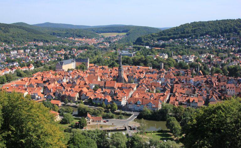 foto do alto de uma cidade pequena. Vemos telhados de casa em meio as arvores. Imagem ilustrativa para texto franquias no interior.