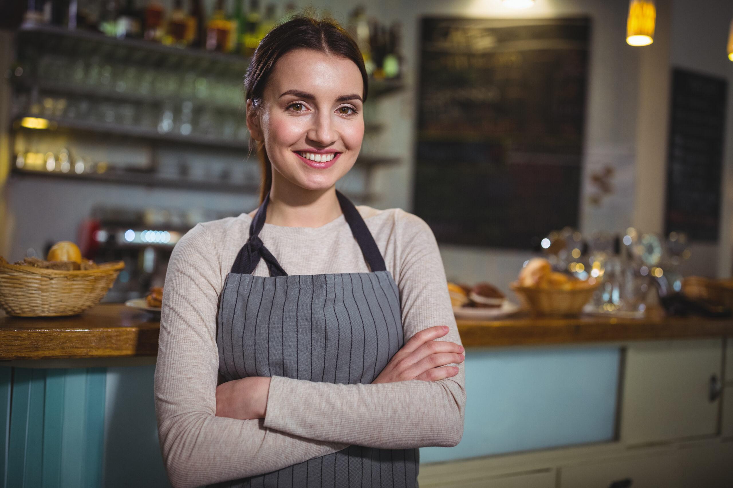 Imagem de uma empreendedora sorrindo. Imagem ilustrativa texto abrir negócio de forma descomplicada.