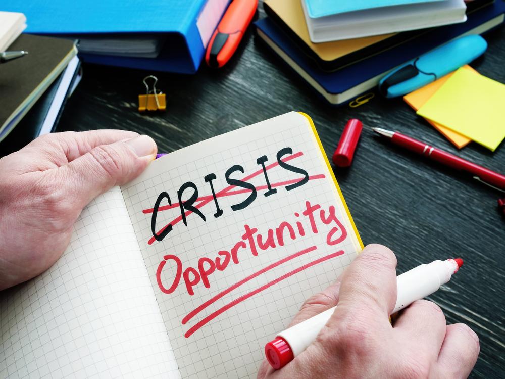 """Vemos que uma pessoa riscou um grande X a palavra """"crise"""" escreveu, logo abaixo, a palavra """"oportunidade""""(imagem ilustrativa). Texto: franquia Acquazero vale a pena."""