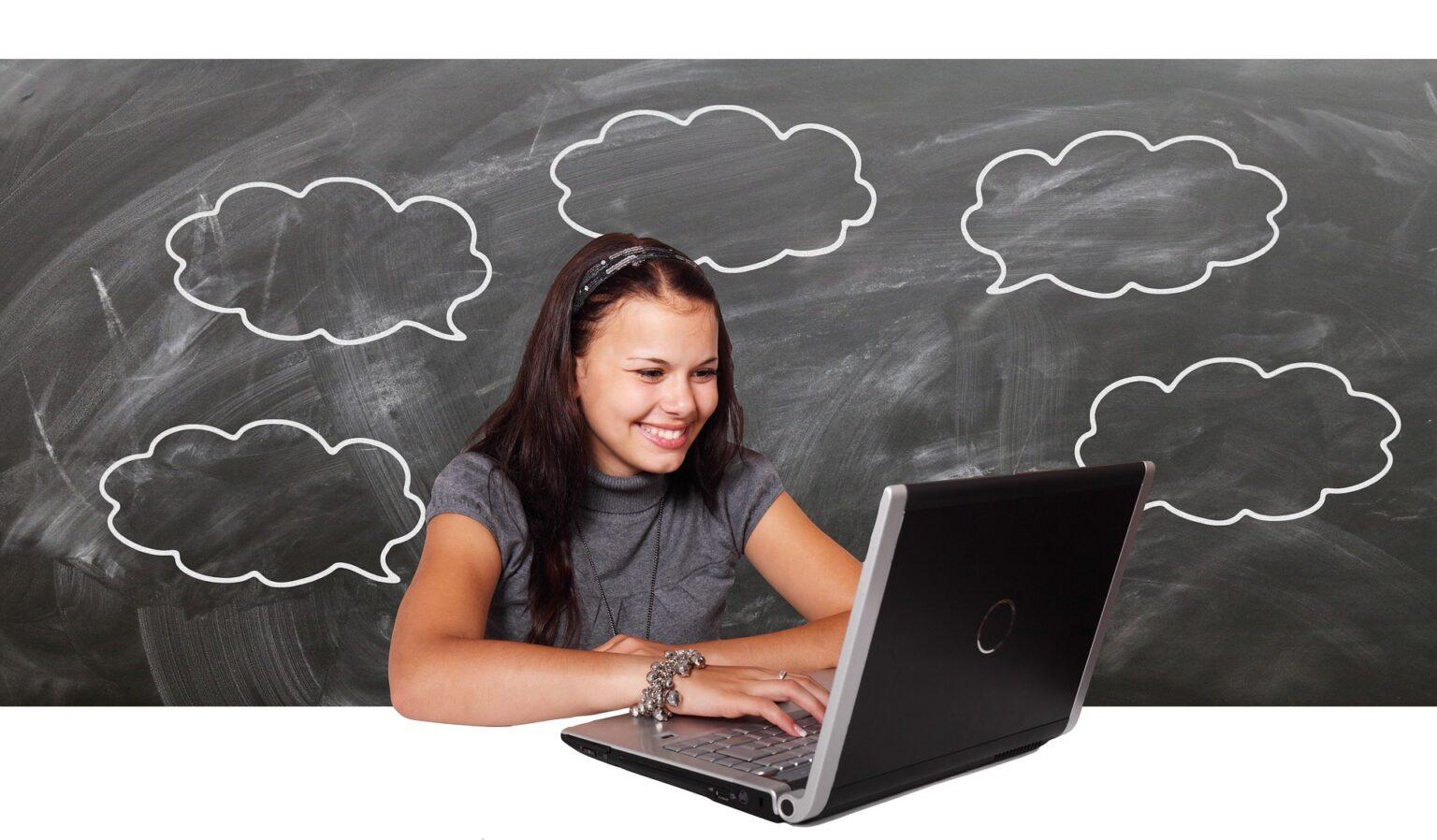 Vemos uma menina em frente um computador e, ao fundo, desenhos de nuvens em um quadro negro. Imagem ilustrativa texto: franquias até 5 mil.