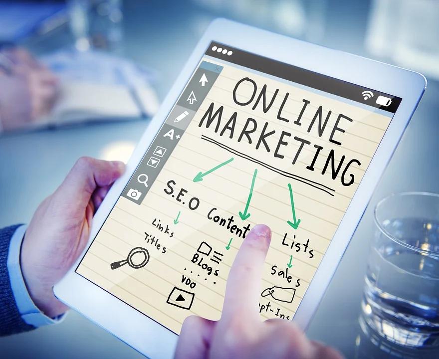 mãos masculinas usando tablet imagem ilustrativa marketing digital para franquia