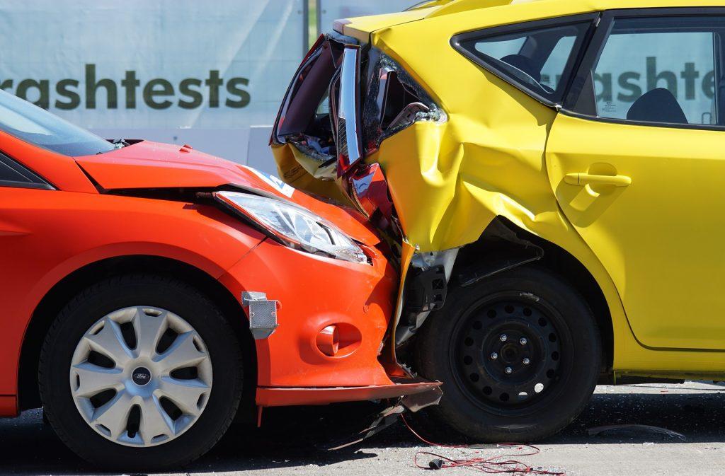 Vemos dois carros que acabaram de colidir provocando danos em ambos os veículos (imagem ilustrativa).