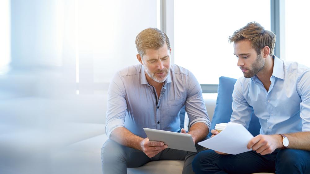 Vemos dois homens conversando sobre negócios (imagem ilustrativa).