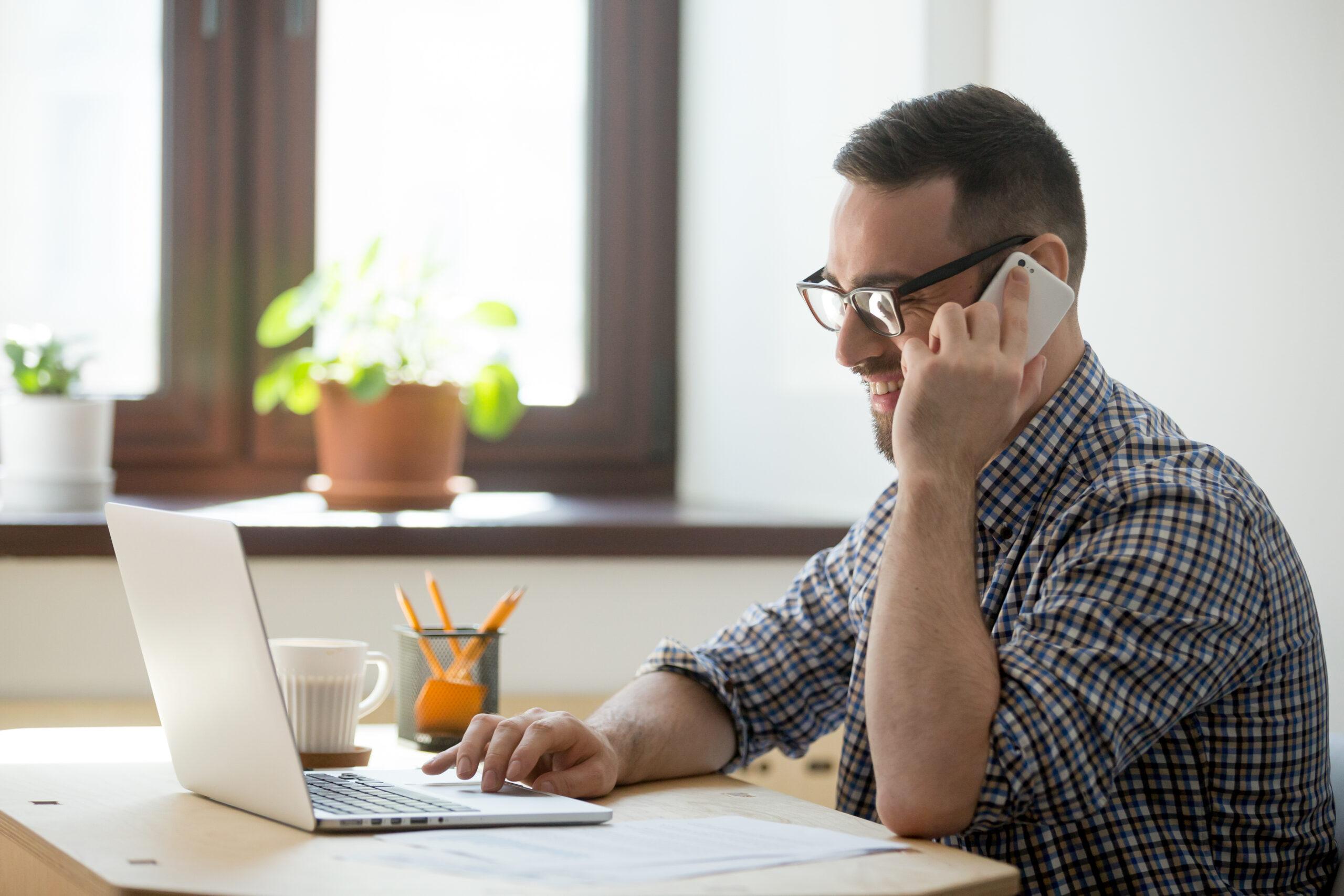 Vemos um empreendedor trabalhando em casa (imagem ilustrativa).