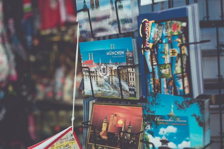 Vemos alguns cartões postais da cidade de Munique, na Alemanha (imagem ilustrativa). Texto: encontre sua viagem crescimento.