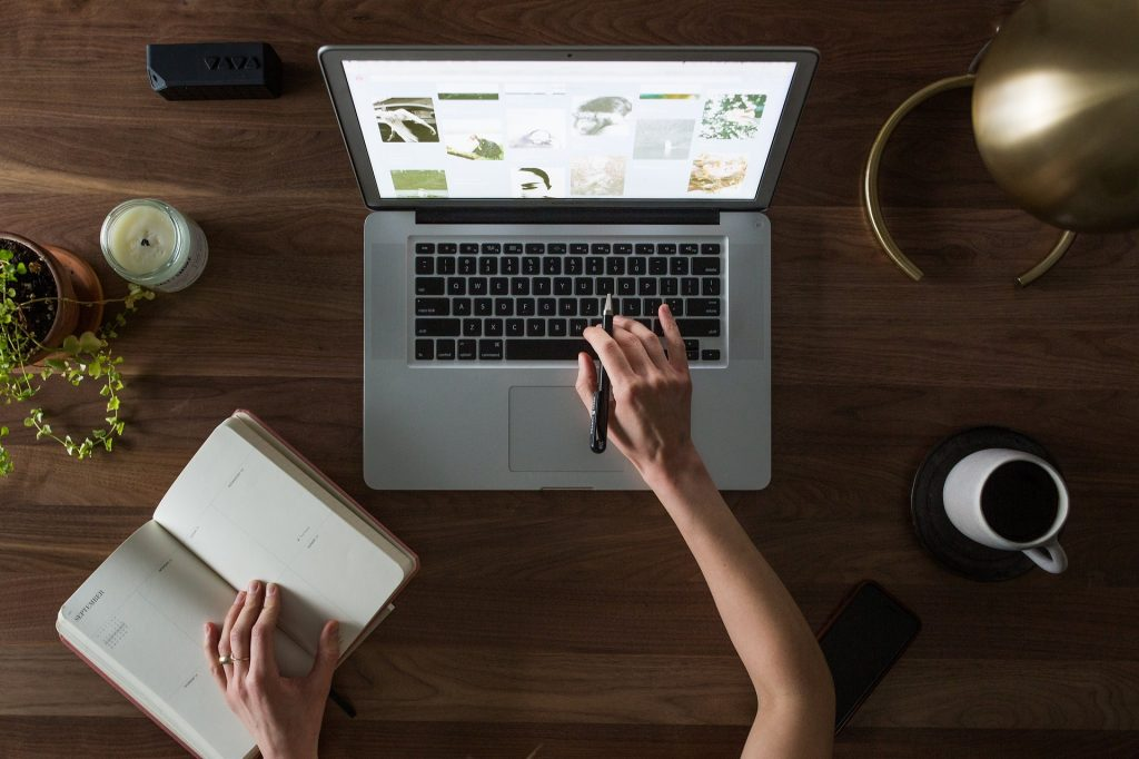 Vemos uma pessoa em frente ao computador realizando alguns estudos (imagem ilustrativa). Texto: franquia suav tornar franqueado.