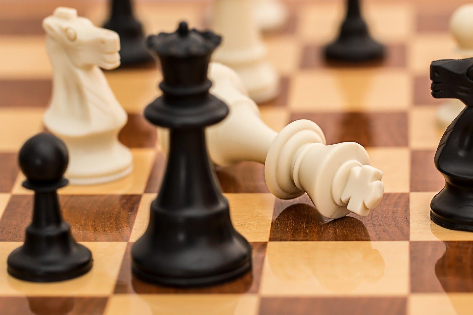 Vemos um tabuleiro de xadrez (imagem ilustrativa). Texto: franquias ideias para quem tem até 35 anos.