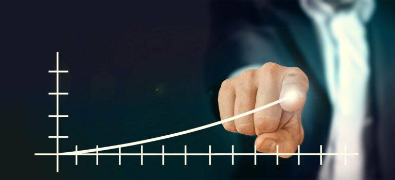 Imagem de um home apontando para um gráfico em crescimento. Imagem ilustrativa texto ideias de negócios lucrativos.