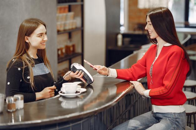 vendedora e cliente conversando imagem ilustrativa texto jornada do cliente