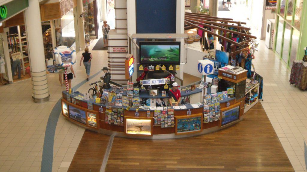 Vemos um grande quiosque instalado no corredor de um shopping (imagem ilustrativa).