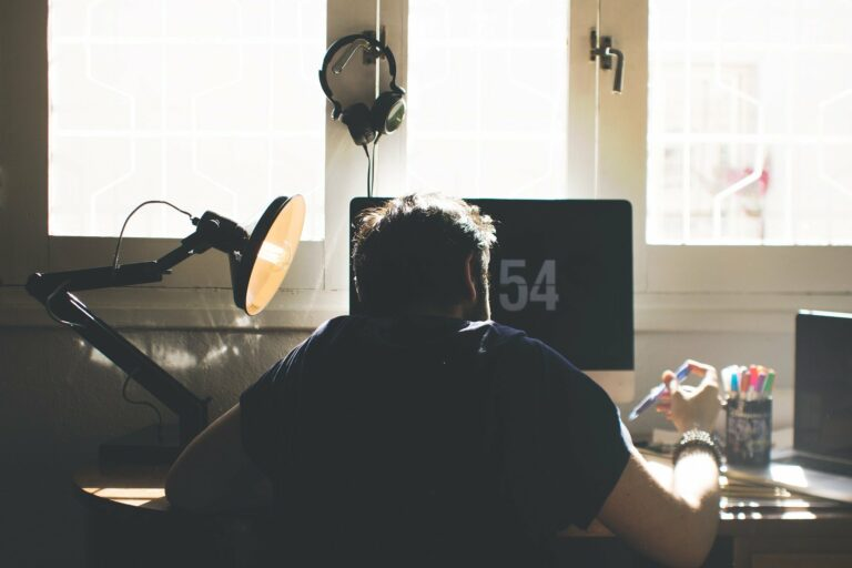 Imagem de um homem trabalhando em home office. Imagem ilustrativa texto melhores microfranquias 2021.