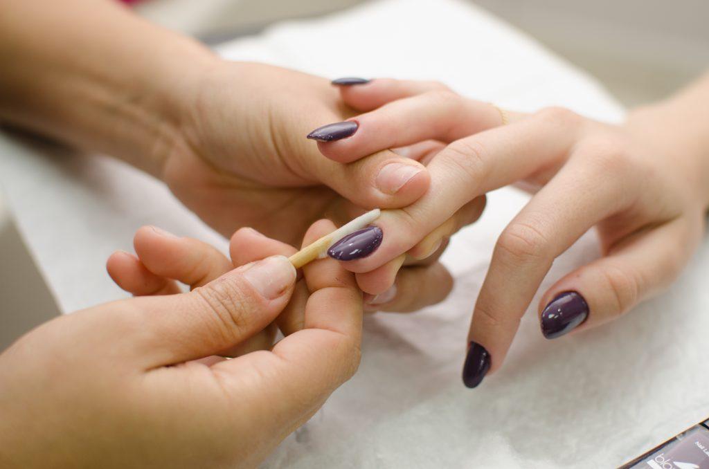 """Vemos que uma mulher está """"fazendo as unhas"""" (imagem ilustrativa)."""