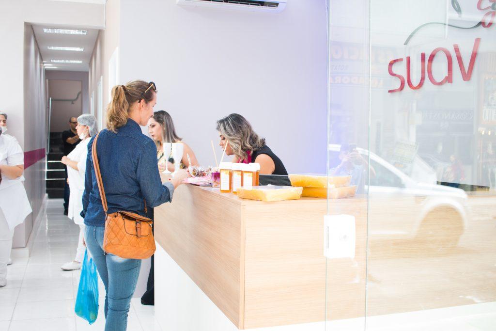 Vemos a entrada de uma franquia Suav, especializada em estética (imagem ilustrativa).
