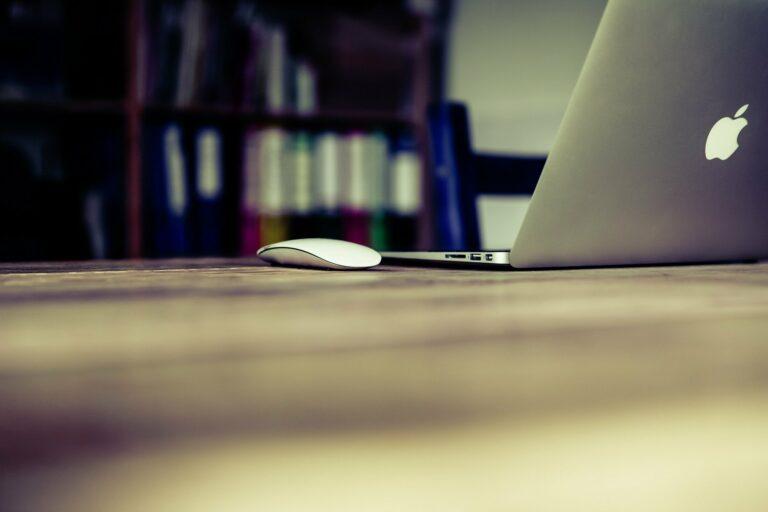 Imagem de uma sala com um computador na mesa ao fundo. Imagem ilustrativa texto negócios para abrir em casa.