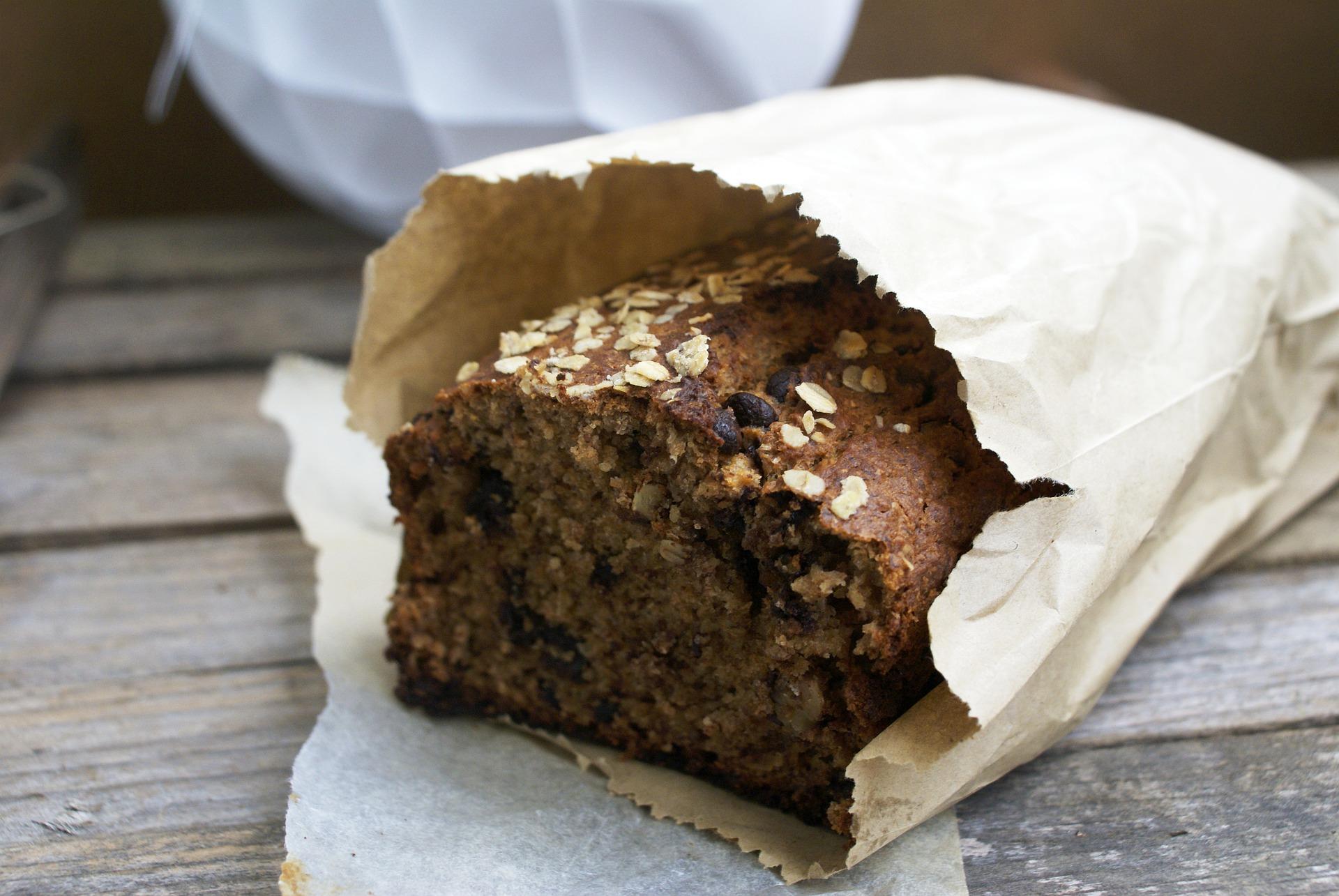 Vemos um bolo em um saco de padaria (imagem ilustrativa).