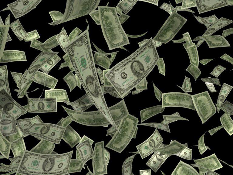 Imagem de várias notas de dólares. Imagem ilustrativa texto opção empreendimentos lucrativos.