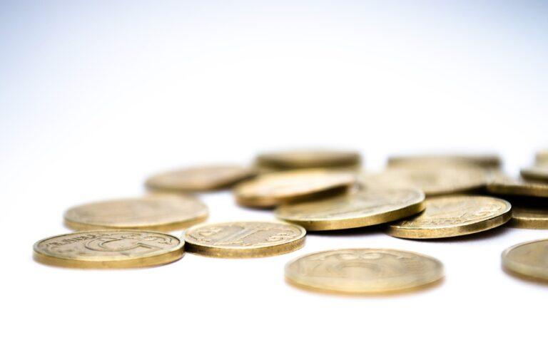 moedas espalhadas sobre a mesa imagem ilustrativa pagamento para franquia