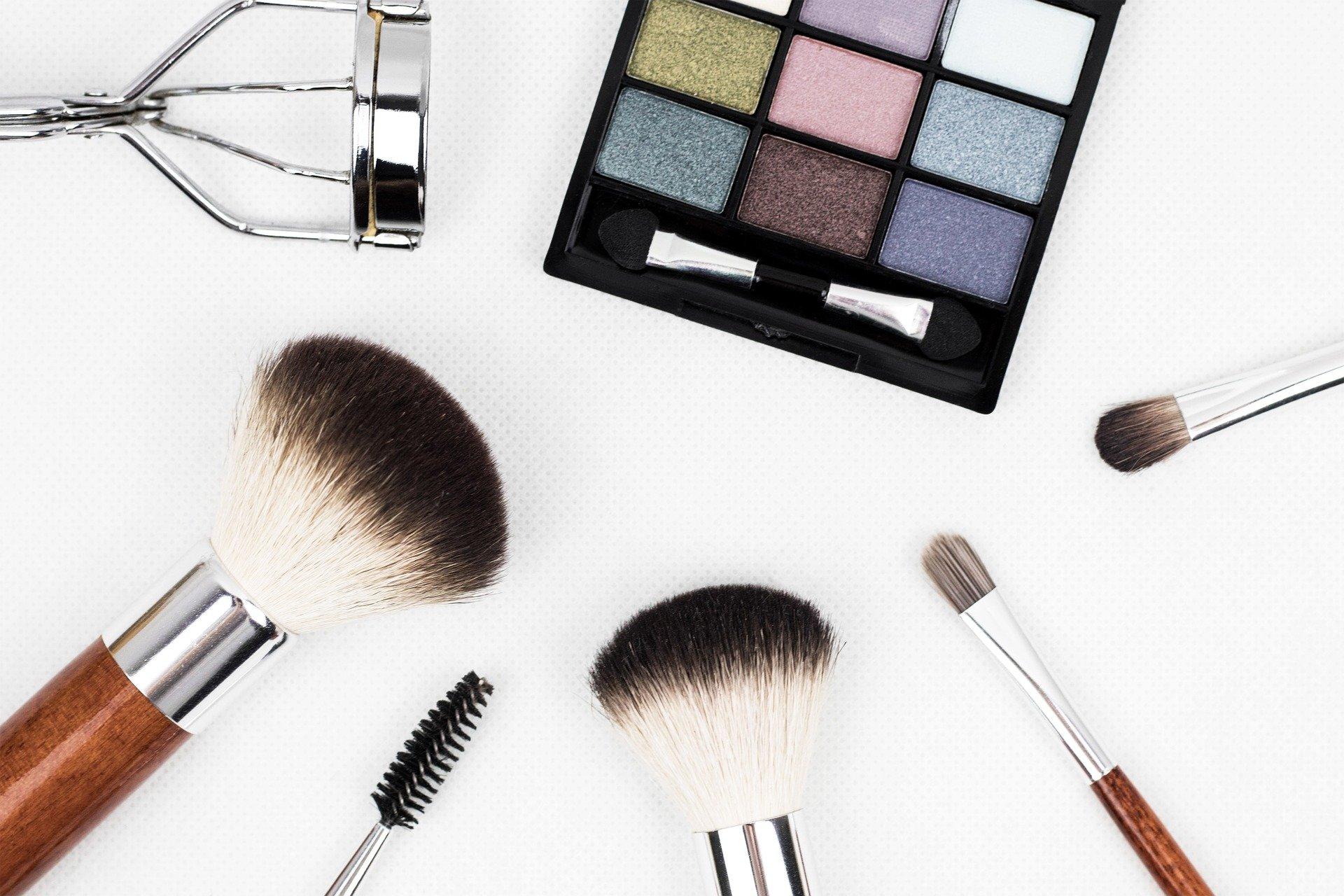 Vemos alguns acessórios para maquiagem sobre uma superfície clara (imagem ilustrativa).