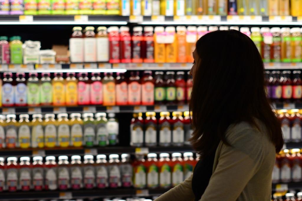 moça fazendo compras no supermercado imagem ilustrativa abrir empresa