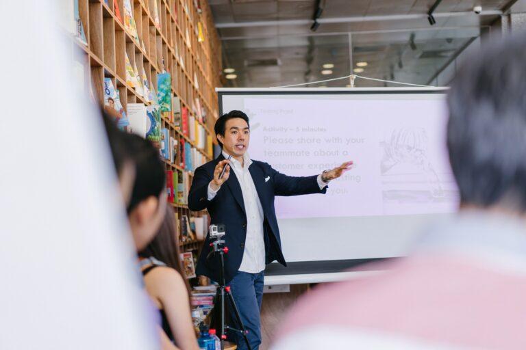 Imagem de um homem explicando algo em uma lousa. Imagem ilustrativa texto análise de franqueabilidade.