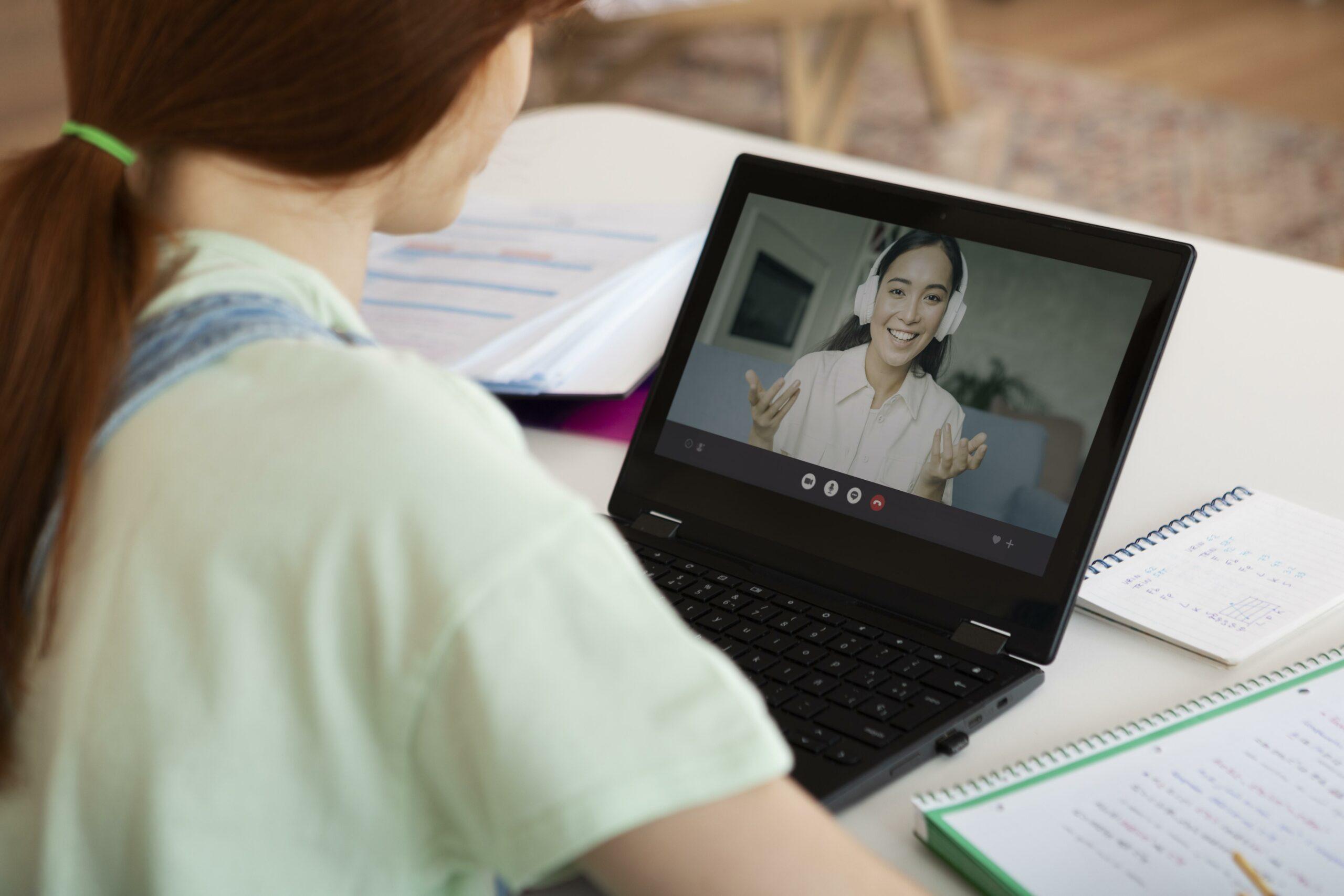 Vemos uma mulher conversando com outra em uma videochamada (imagem ilustrativa). Texto: como abrir uma franquia de açaí.