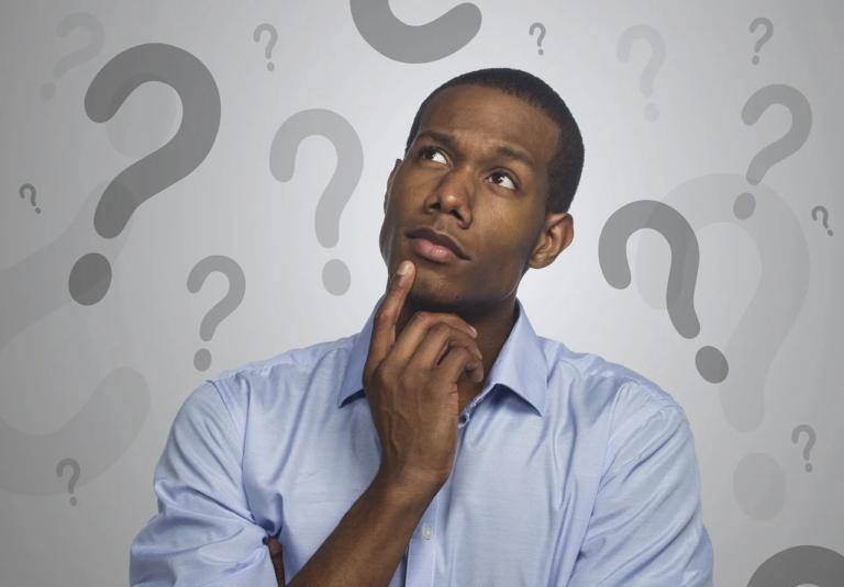 homem pensando em empreender com dúvidas e interrogações ao redor