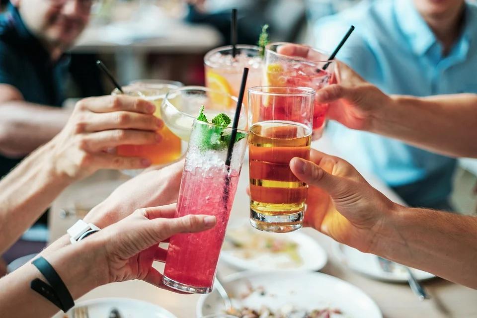 pessoas brindando com drinks imagem ilustrativa qualidade de vida em texto sobre empreender