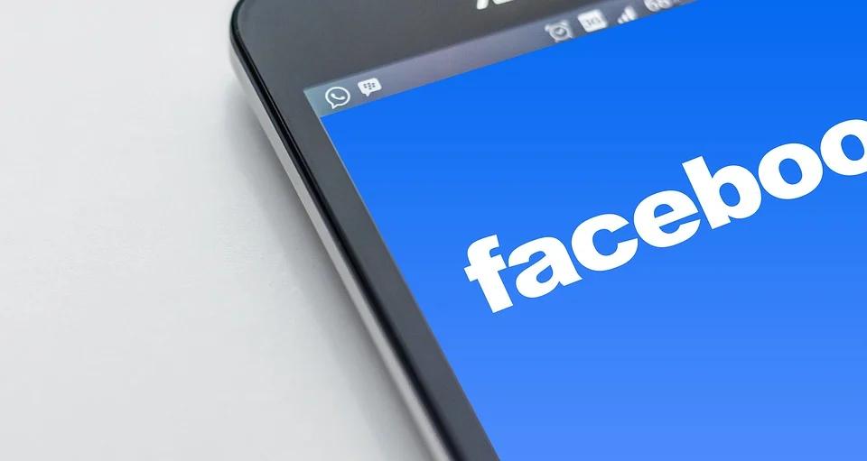 tela de celular com logo do facebook texto empreender