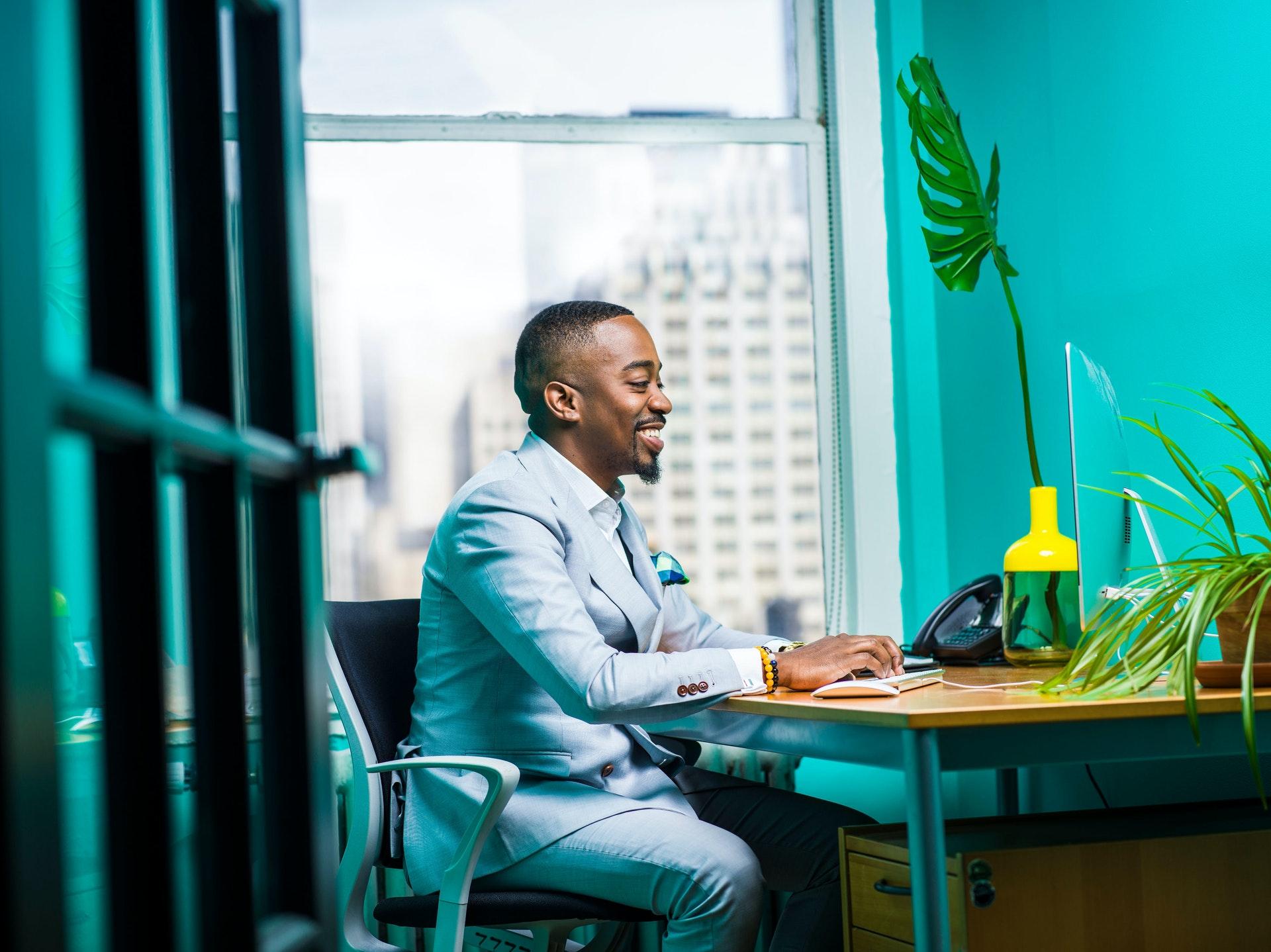 Vemos um empresário em uma mesa de escritório (imagem ilustrativa). Texto: empresário individual.