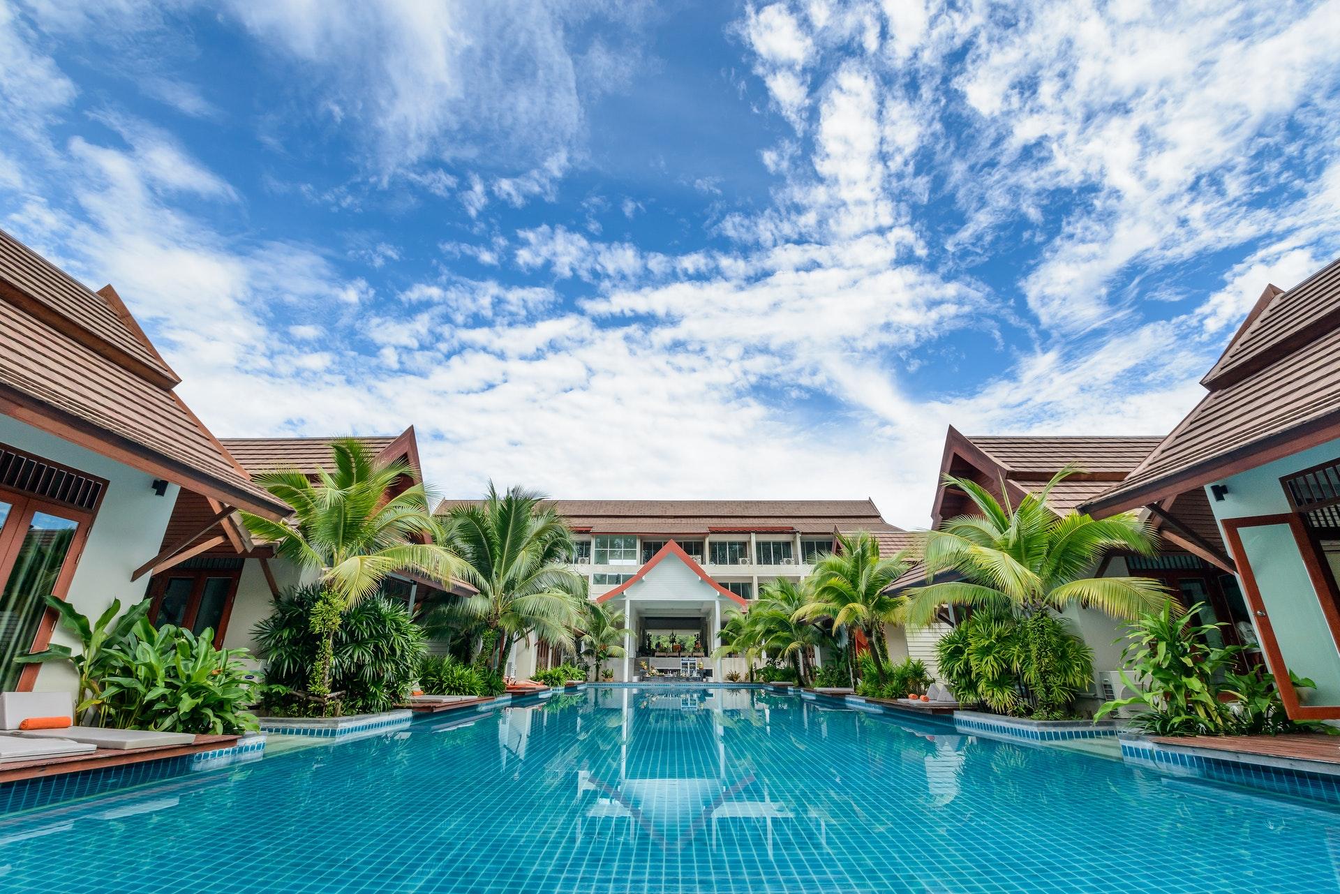 Vemos um hotel com uma grande piscina (imagem ilustrativa). Texto: franquia accorhotels.