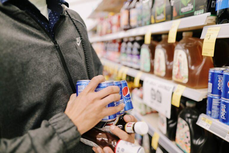 Imagem focada em um cliente comprando e prateleiras ao fundo. Imagem ilustrativa texto franquia BR Mania.