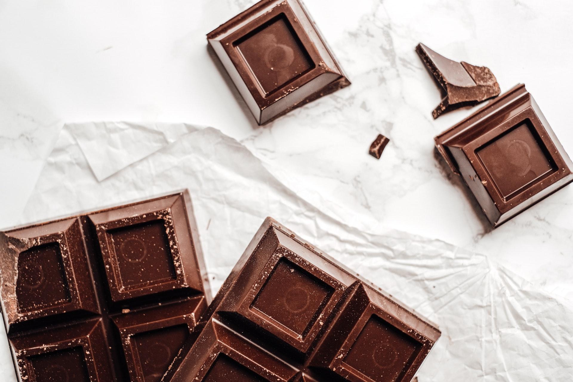 Imagem de pedaços de chocolate. Imagem ilustrativa texto franquia Kopenhagen.