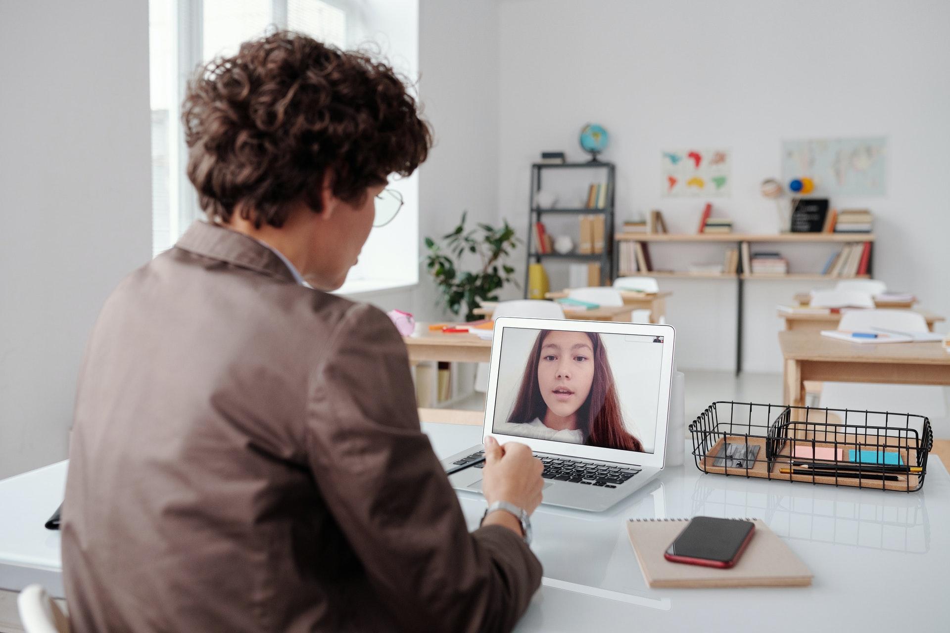 Vemos uma pessoa conversando com outra pelo computador (imagem ilustrativa).