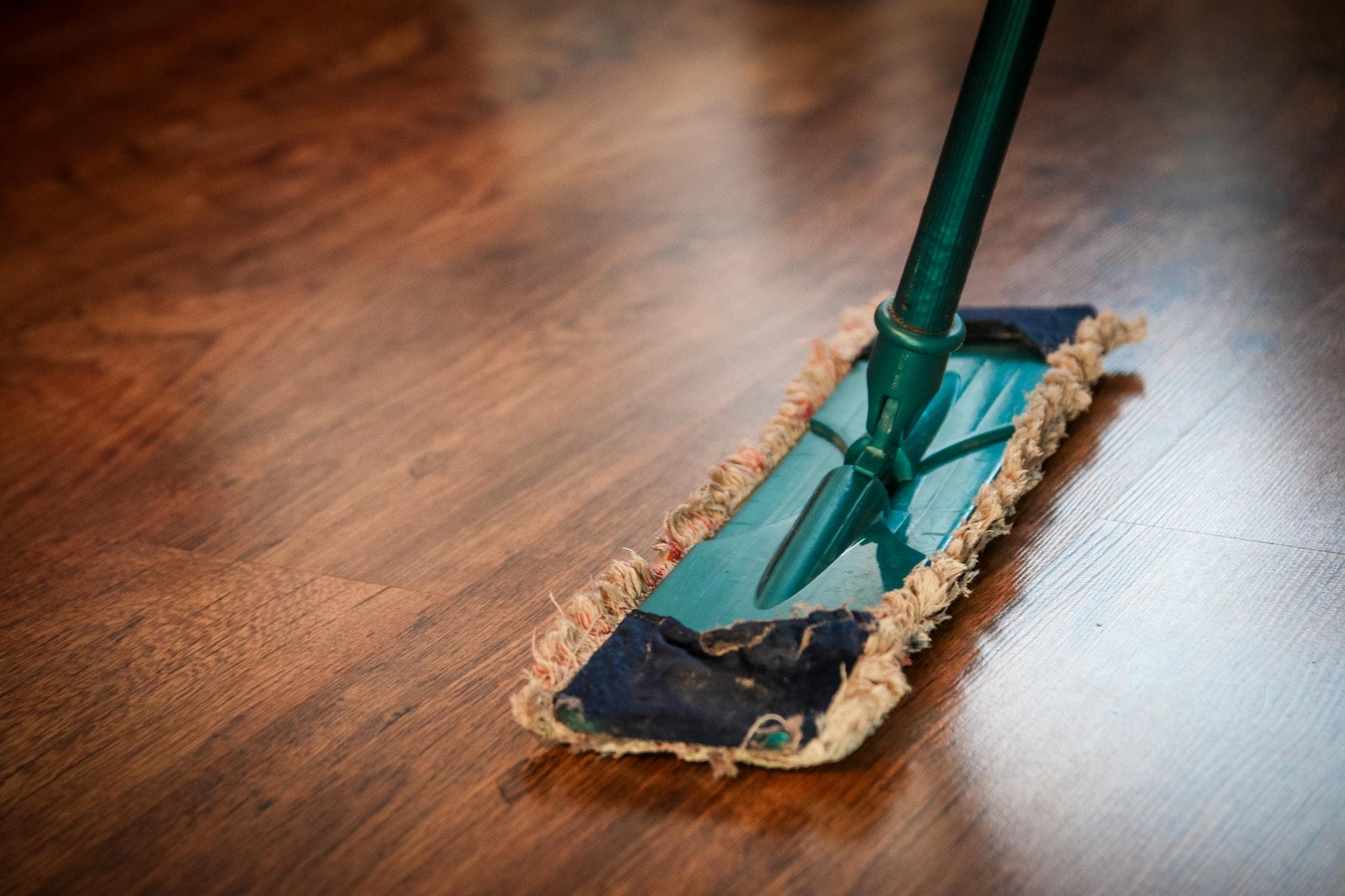 Vemos um esfregão limpando o chão (imagem ilustrativa).