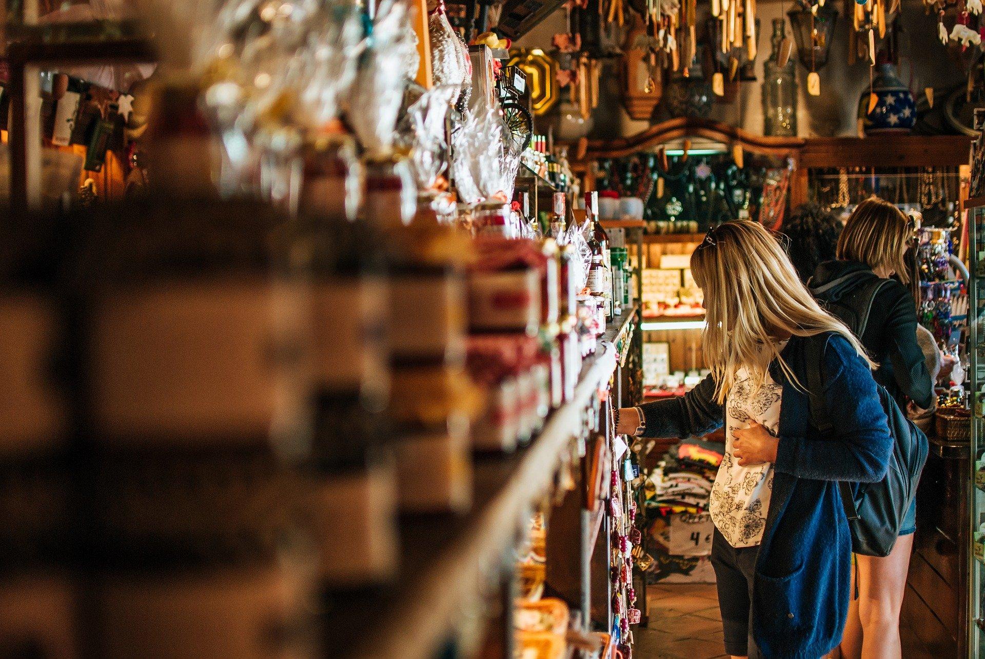 Vemos uma mulher em uma loja de temperos (imagem ilustrativa).