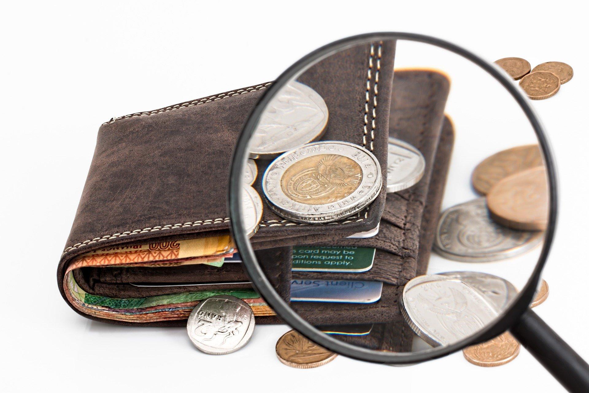 Imagem de uma carteira cheia de dinheiro e uma pula mostrando as moedas. Imagem ilustrativa texto royalties de franquias.
