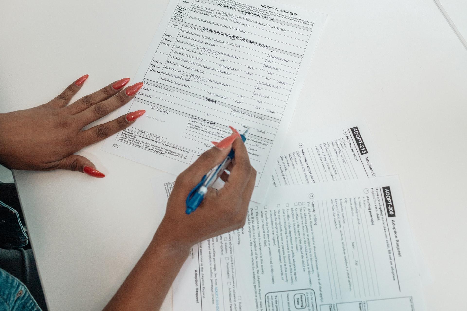Vemos que uma mulher está preenchendo alguns documentos (imagem ilustrativa). Texto: tipos de empreendedorismo.