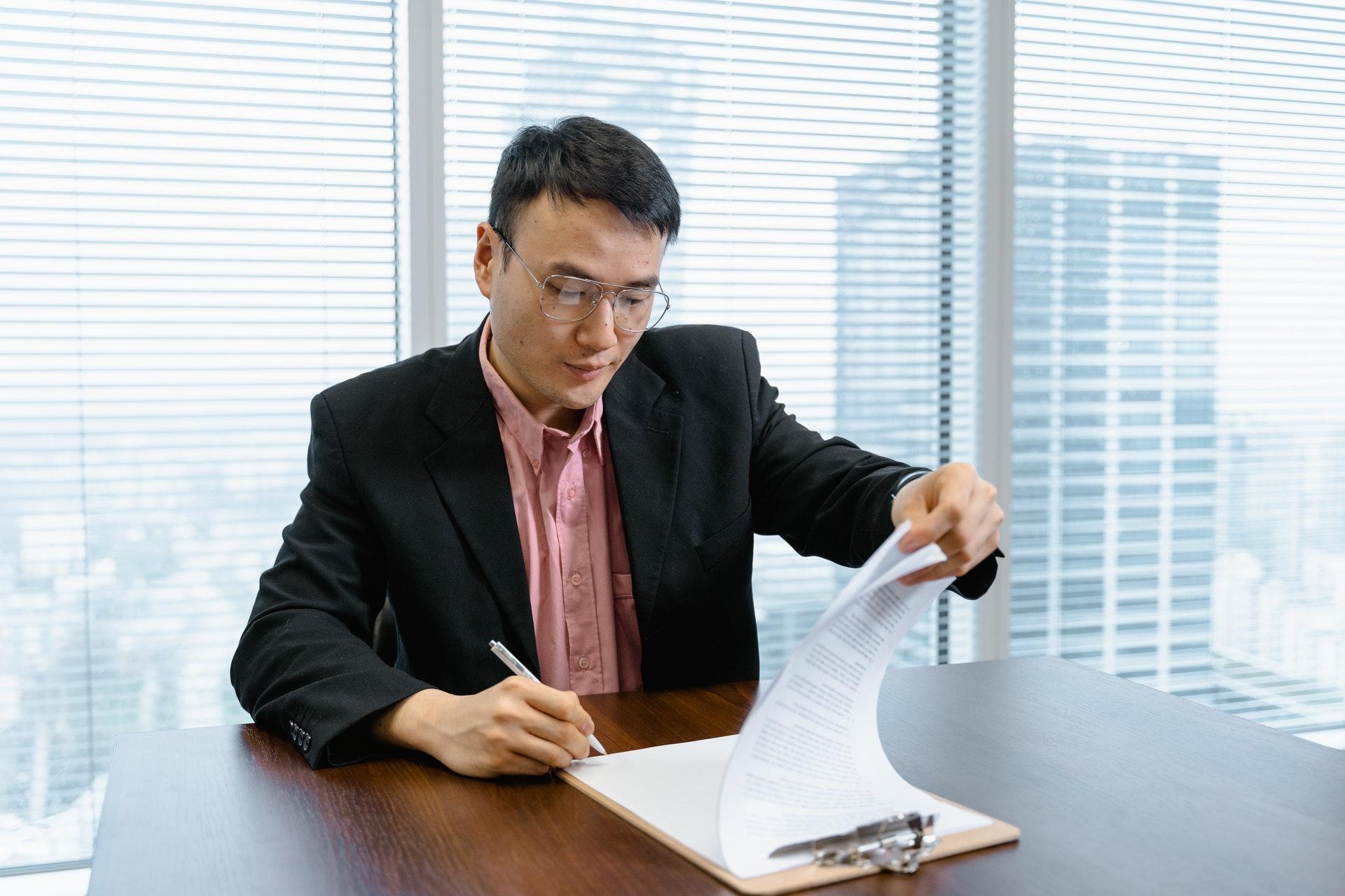 Imagem de um empresário em uma mesa de escritório. Imagem ilustrativa texto tipos de empreendedorismo.