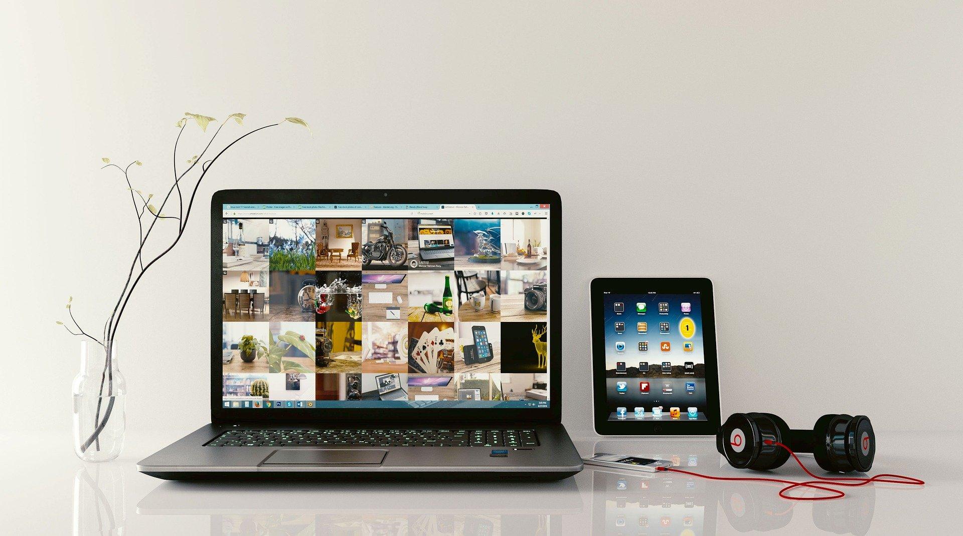 Vemos, sobre uma mesa, um computador, um iPod, um tablet e um headphone (imagem ilustrativa). Texto: tipos de negócios.