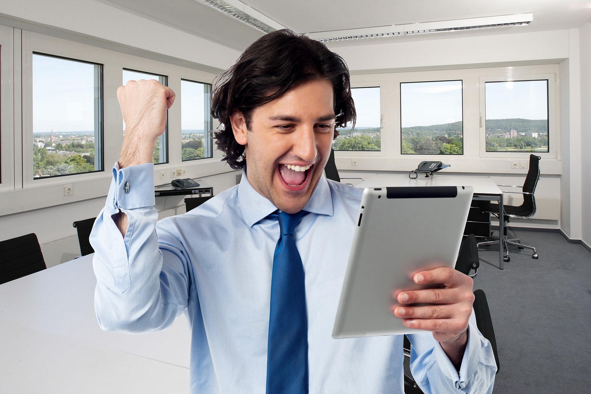 Imagem de um empresário feliz olhando uma prancheta. Imagem ilustrativa texto tipos de negócios.