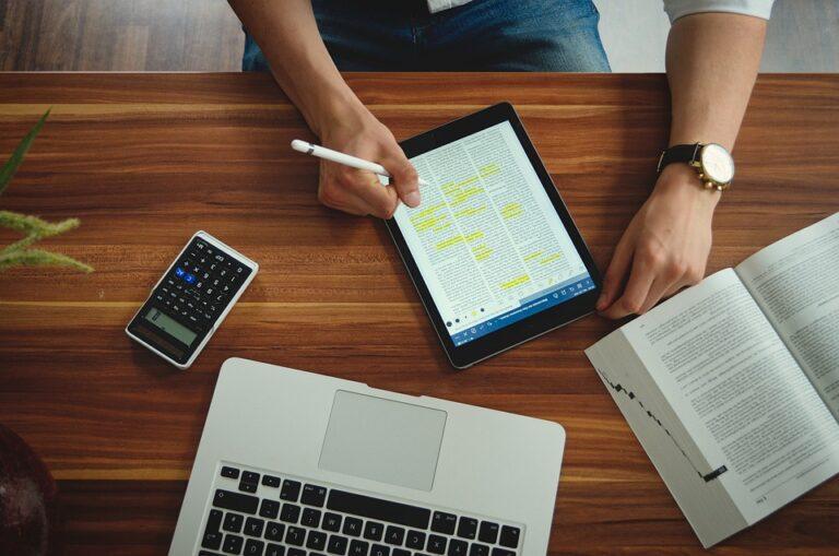 homem com tablet e notebook imagem ilustrativa texto vantagens franchising