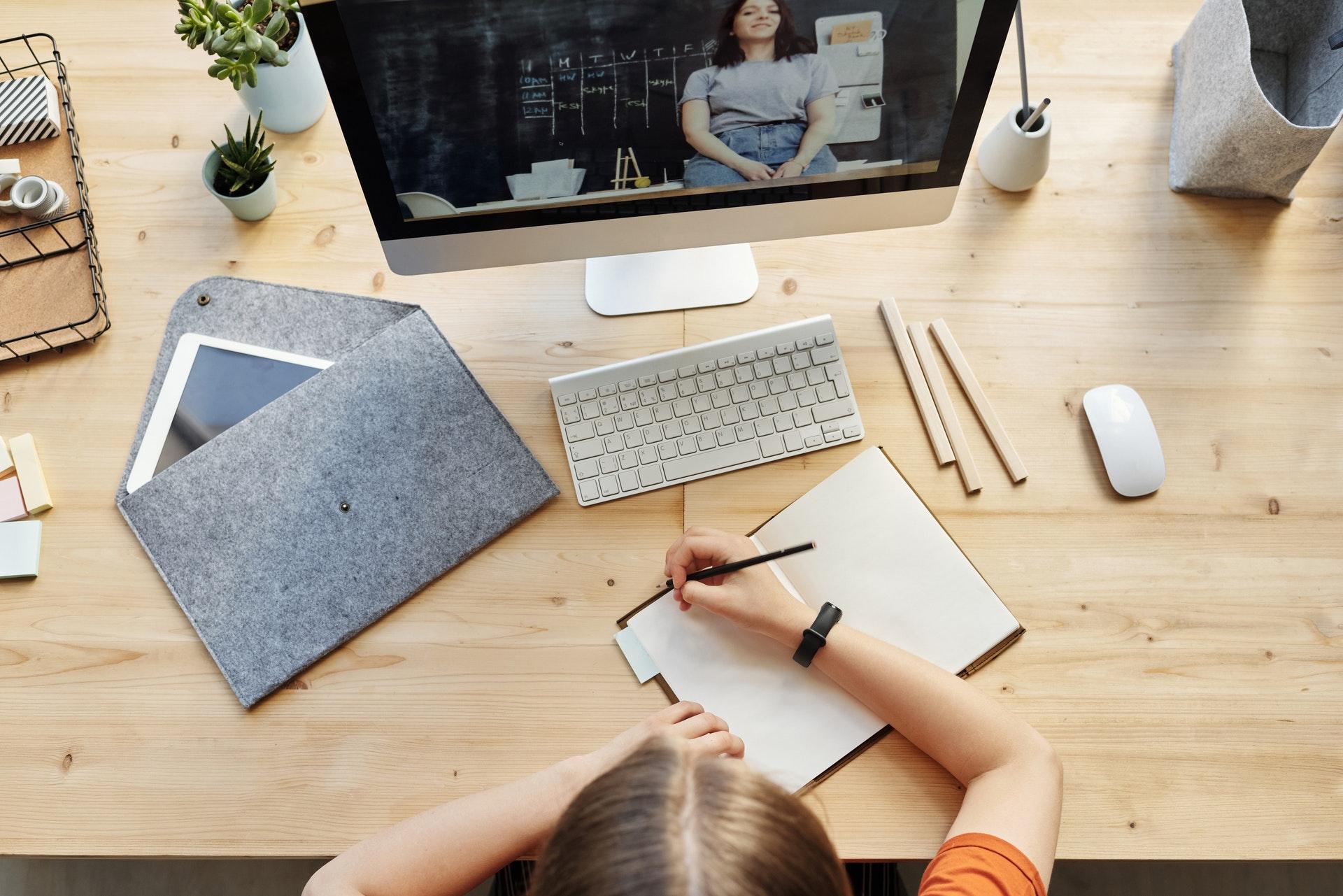 Vemos uma mesa de trabalho com um computador e vários itens (imagem ilustrativa). Texto: negócios mais promissores.