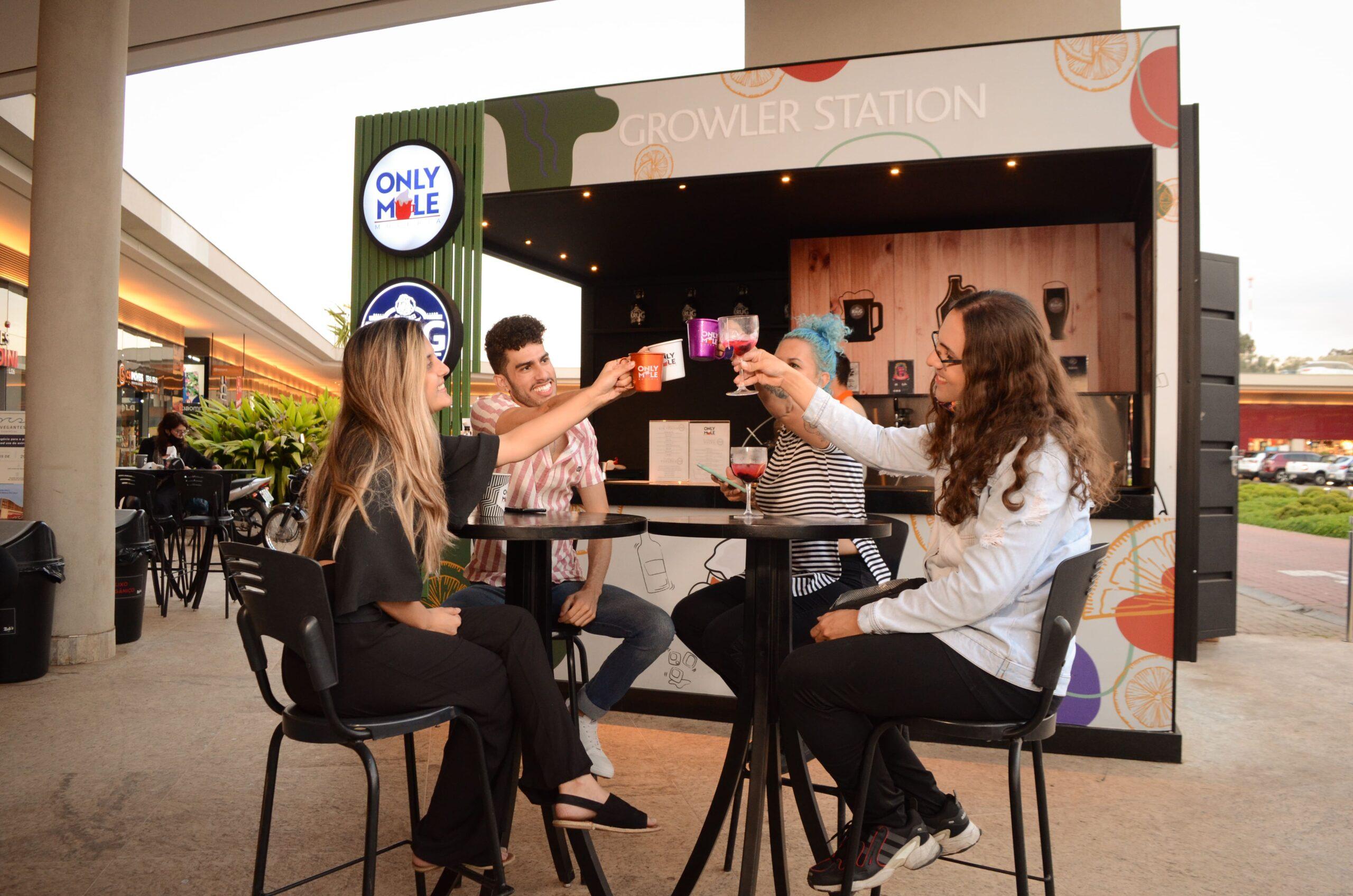 Vemos quatro pessoas sentadas à mesa, brindando, em frente uma unidade da franquia Only Mule (imagem ilustrativa). Texto: franquia only mule.