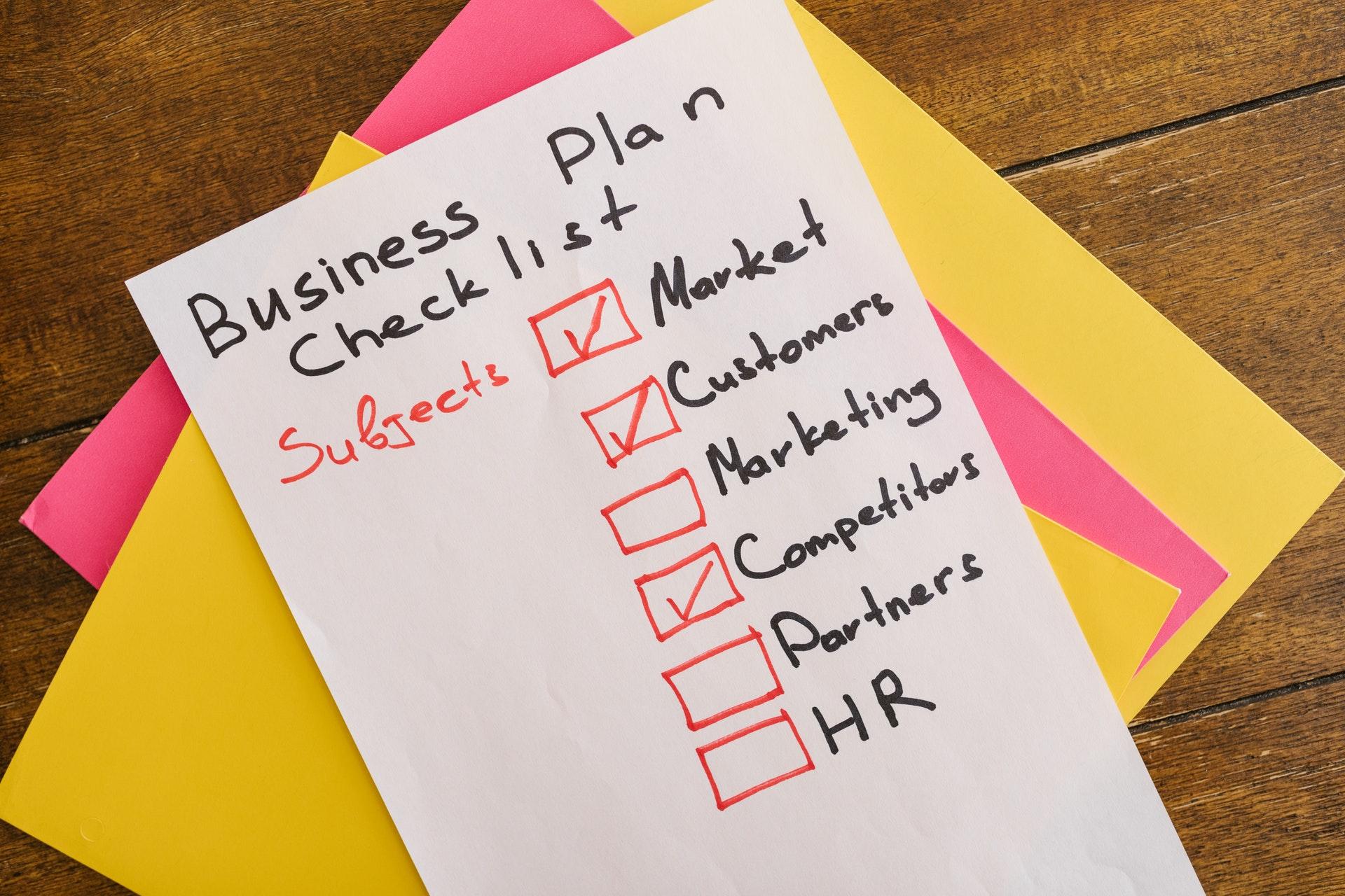 Imagem de uma lista do que fazer para começar um negócio. Imagem ilustrativa texto como empreender do zero.