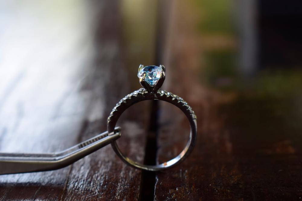Vemos um anel de diamante em destaque (imagem ilustrativa). Texto: franquias baratas 2021.