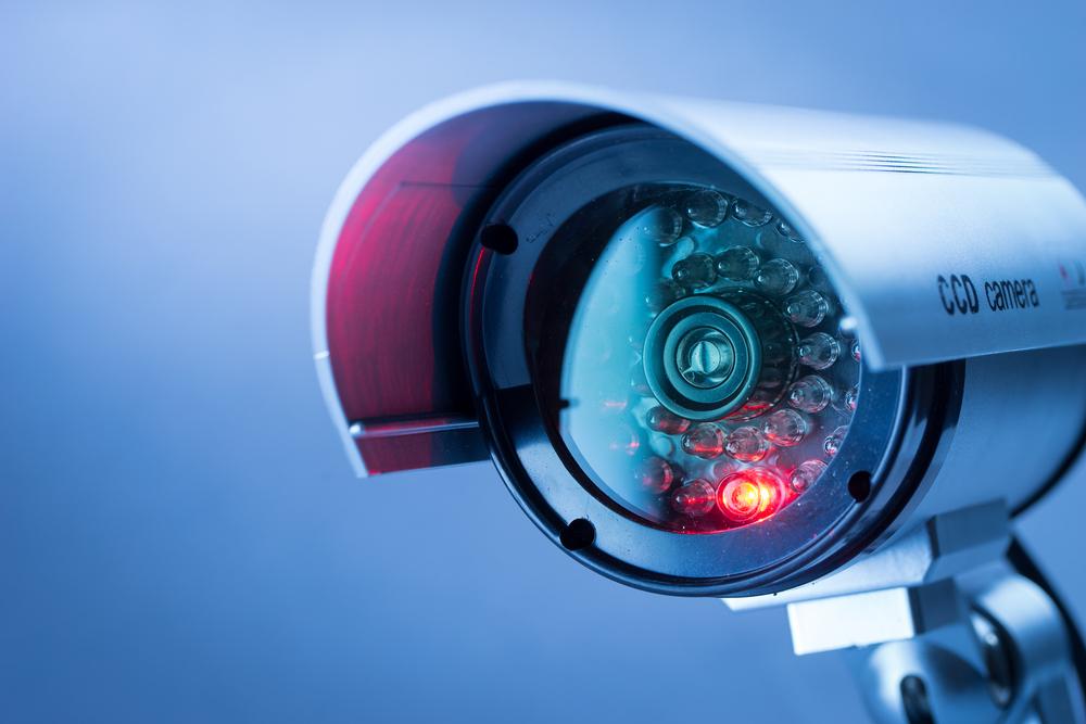 Vemos uma câmera de segurança (imagem ilustrativa). Texto: franquias baratas 2021.